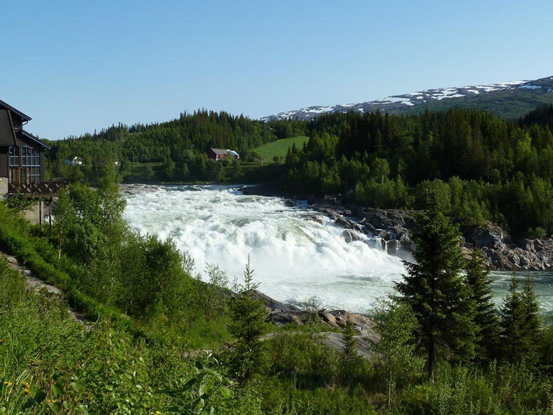 Norwegen: Um zu ihren Laichgründen zu kommen, müssen die Lachse den Wasserfall überwinden - übersetzt bedeutet Laksfossen auch Lachstreppe