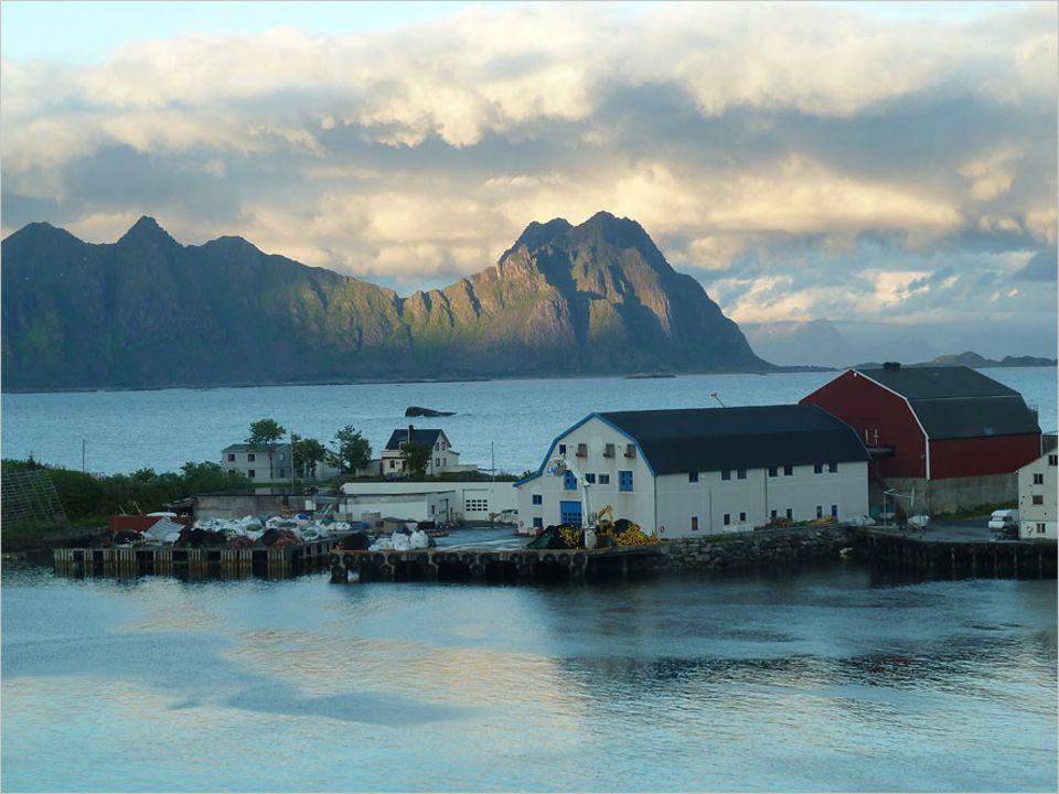 Norwegen: Das Licht der Lofoten von der Dachterrasse des Thon Hotels in Svolvær
