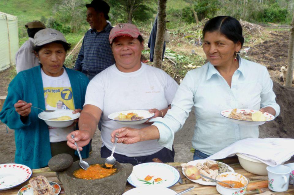 Diese traditionell im Steinmörser zubereitete Salsa aus Tomaten, Chili und Koriander fehlt selten bei einer Mahlzeit