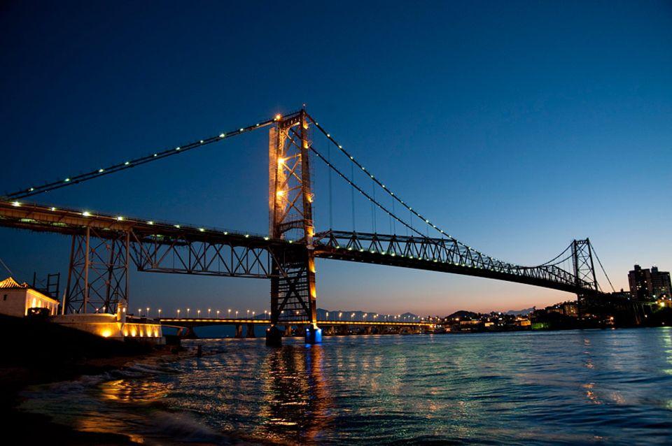 Brasilien: Die Hercilio Luz Brücke verbindet das Festland bei Florianópolis mit der kleinen Insel Santa Catarina
