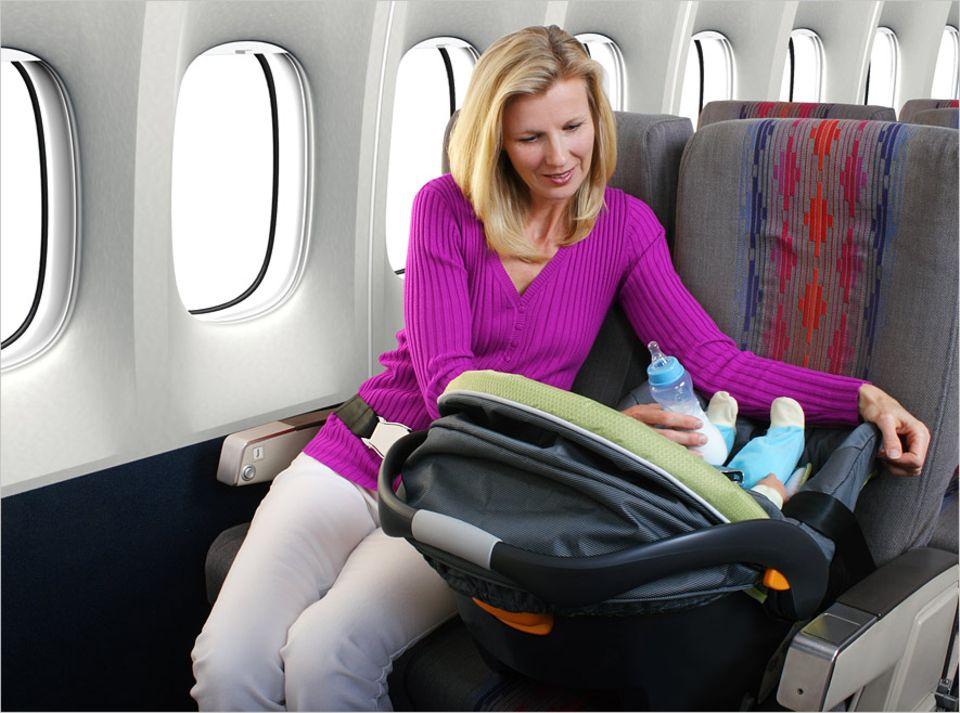 Bei vielen Fluggesellschaften ist es möglich, einen eigenen Autositz für das Kind mitzubringen. So fliegen auch die Jüngsten sicher