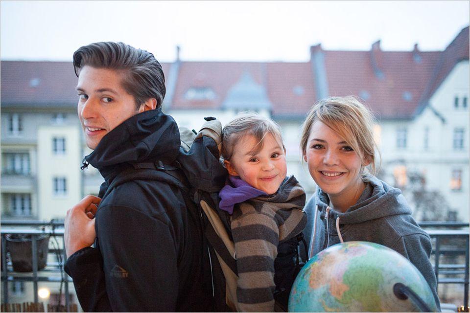 Interview: Noch auf dem heimischen Balkon: Robert Speidel, die fünfjährige Madita und Julia Heppner