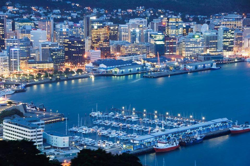 Städtereise: Auch in der Abenddämmerung ein Idyll: Oriental Bay und Wellington Harbour