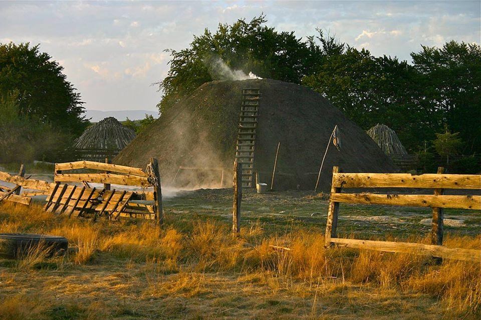 Die fünf Meiler hohen Meiler der rumänischen Köhler brennen mehrere Wochen, bevor das Holz zu Kohle wird. Was so idyllisch aussieht, ist nicht ungefährlich und erfordert große Erfahrung der Köhler