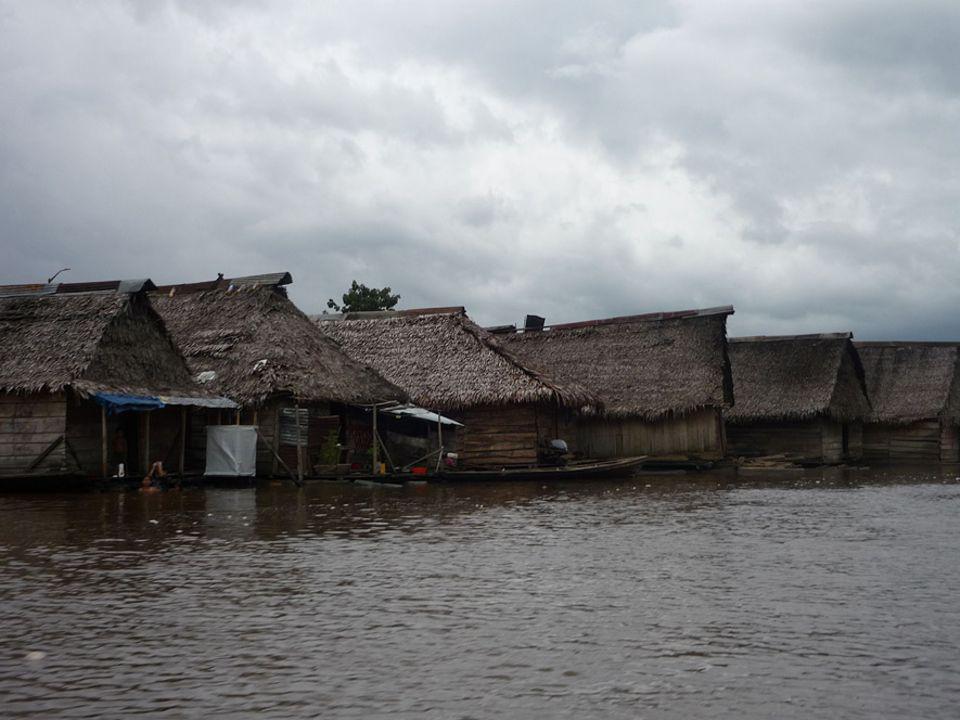 Regenzeit in Belén: die Holzhäuser schwimmen auf dem Wasser