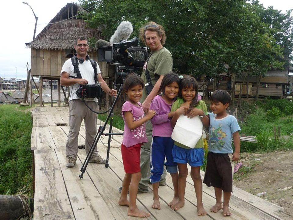 Die Dreharbeiten werden ständig von Einheimischen begleitet: Kameramann Stefan Stechow und Tonassistent Jesus Casquete mit Fans