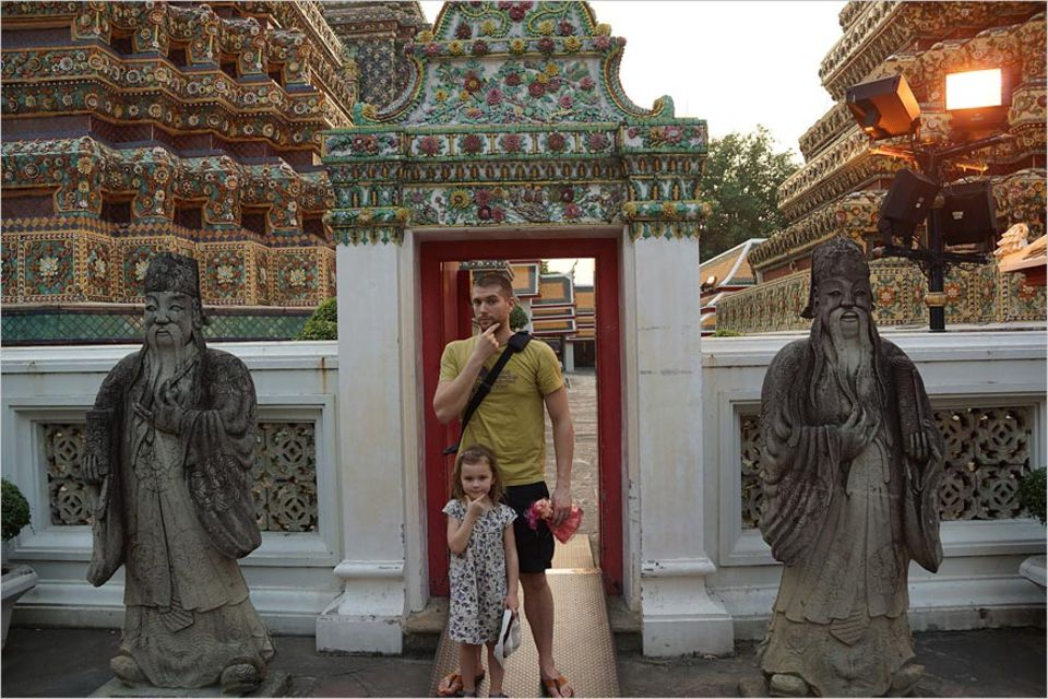 Interview: Robert Speidel mit Tochter Madita vor einer Tempelanlage in Bangkok
