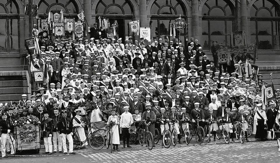 Deutsches Kaiserreich: Stolz stellen sich 1905 die Teilnehmer eines Weimarer Kongresses der Allgemeinen Radfahrer-Union in Tracht oder Vereinskleidung in Position für die Aufnahme des Gruppenbildes