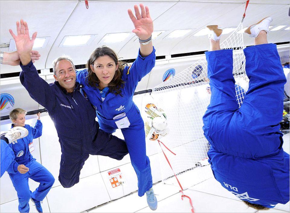 Parabelflug: Schwerelosigkeit für alle: Hier für Novespace-Chef Jean-Francois Clervoy und Nicole Hofmann vom Deutschen Zentrum für Luft- und Raumfahrt