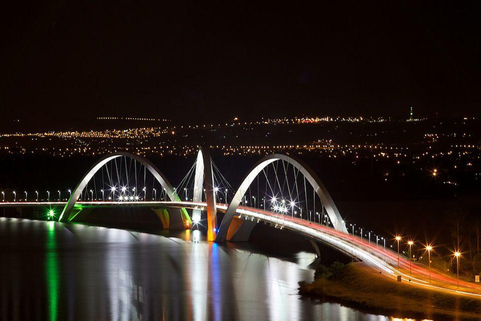 Earth Hour: Auch an der Juscelino-Kubitschek-Brücke in Brasília, der Hauptstadt Brasiliens, gingen zur Earth Hour 2012 die Lichter aus