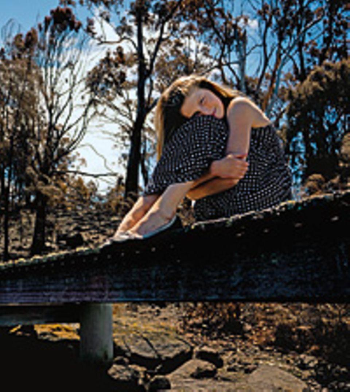 Matilda hockt auf dem Steg, an dem sie die schlimmsten Stunden erlebte. Wenige Wochen zuvor wüteten hier die Buschbrände