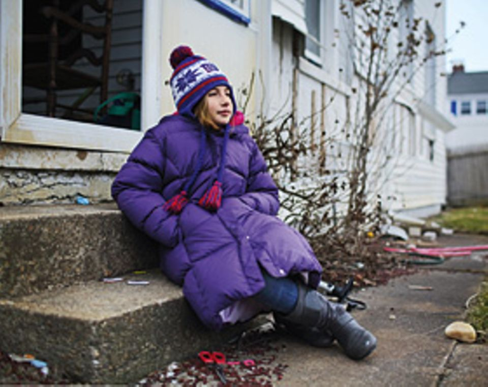 """Mitten in der Nacht erreichte Hurrikan """"Sandy"""" die Küste des US-Bundesstaates New Jersey. Er verwüstete den Strand und blies Gebäude um wie Kartenhäuser. Auch das Haus, in dem Julia mit ihrer Familie lebte, wurde schwer beschädigt. Derzeit wird es renoviert. """"Aber so schön, wie es einmal war, wird es nicht mehr werden"""", sagt die Zehnjährige"""