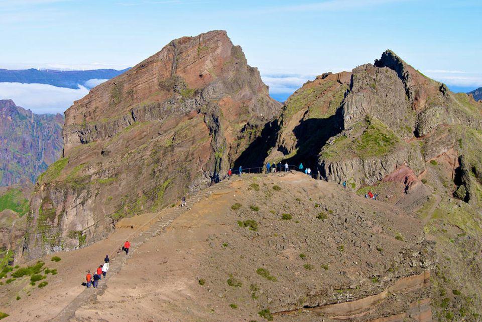 Madeira: Hinter dem Kamm des Pico do Areeiro wird die Wanderung erst richtig anstrengend