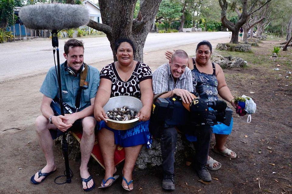 Schlagfertige Frauen der Familie Moala und chancenloses Kamerateam in Patangata, Tongatapu, Tonga