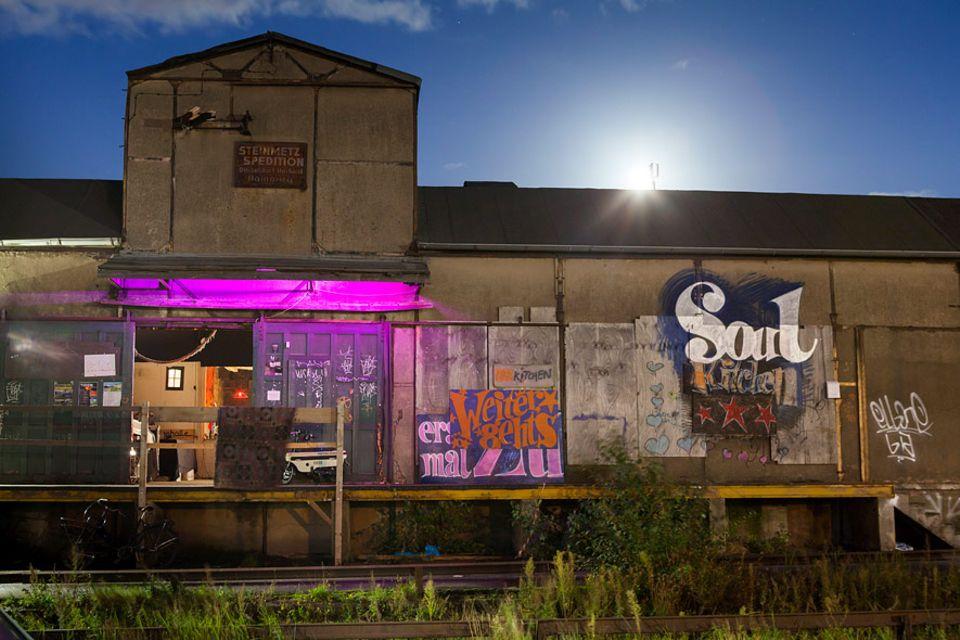 Hamburg: Party und Kunst - dafür steht die Soulkitchen in Wihlemsburg. Über Hamburg hinaus wurde sie bekannt als Fimlocation für den gleichnamigen Film von Fatih Akin. Doch nur noch bis Ende des Jahres dient diese Halle als alternatives Kulturzentrum