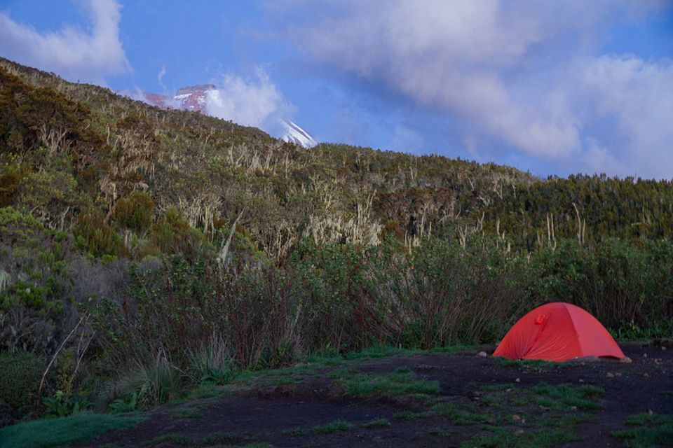 Kilimandscharo: Die erste Nacht im Zelt beschert eisigen Frost, dafür gibt der klare Himmel am Morgen den Blick frei aufs Ziel - den Gipfelpunkt Uhuru Peak