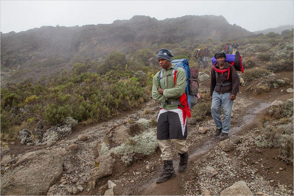 Kilimandscharo: Letzte große Etappe durch alpine Wüste: Die Anstrengung der letzten Tage steht allen im Gesicht geschrieben
