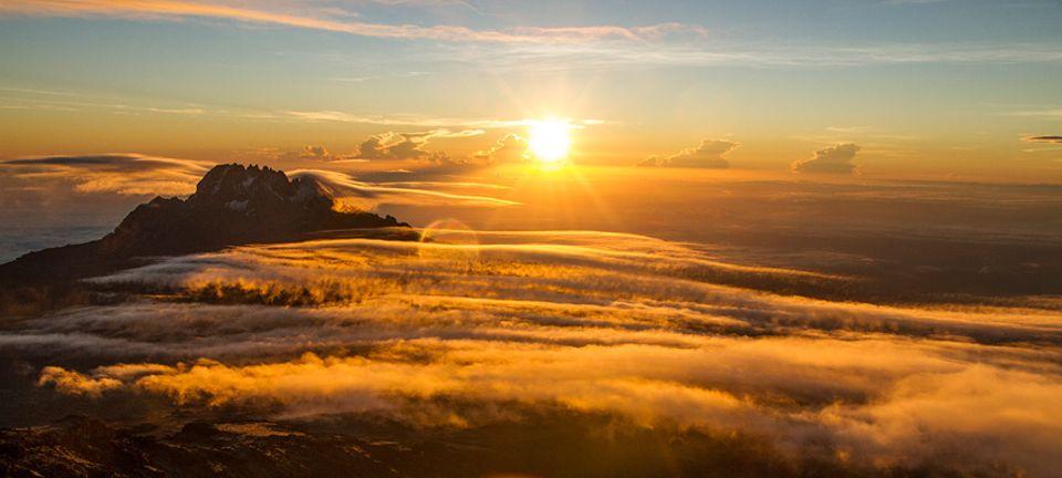 Kilimandscharo: Kurz vor dem Ziel: Nach einer durchwanderten, quälend langen, eiskalten Nacht am Berg geht bei 5600 Höhenmetern endlich die Sonne auf. Spätestens bei diesem Anblick wird einem klar, wofür sich die Quälerei lohnt.