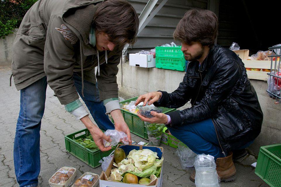 Serie: Foodsharing-Koordinator Raphael Fellmer (l.) sortiert mit Benjamin Schmitt die Lebensmittel, die im Supermarkt nicht mehr verkauft werden können. So helfen die Foodsaver dem Supermarkt bei der Mülltrennung und der kann deshalb eine große Restmülltonne einsparen