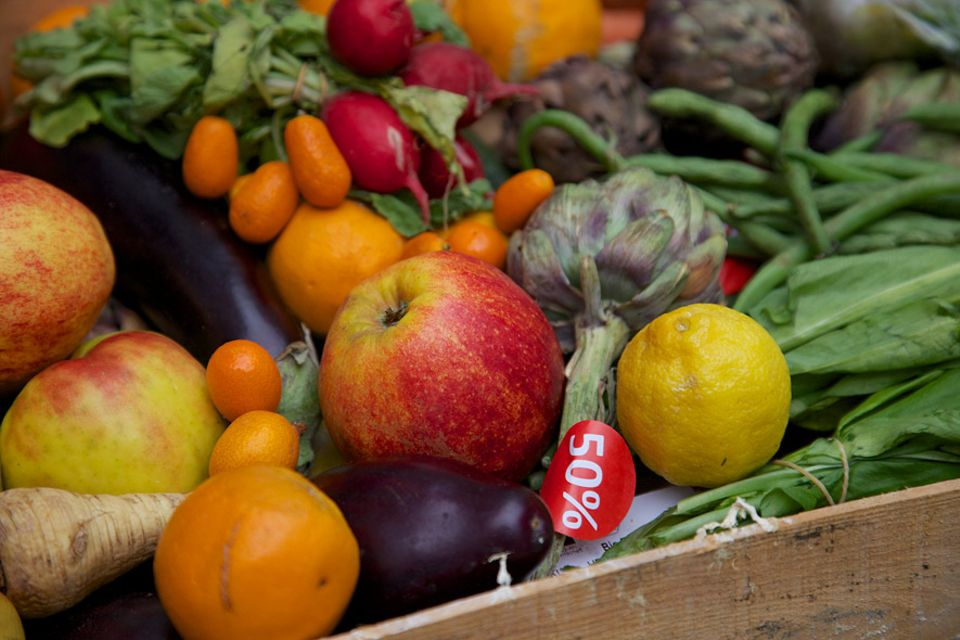 Serie: Supermärkte sortieren Lebensmittel aus, weil das Mindesthaltbarkeitsdatum überschritten ist oder sie nicht mehr perfekt aussehen. Manche der Lebensmittel werden zu 50-Prozent-Preisen angeboten, bevor sie an die Foodsaver weiter gegeben werden.