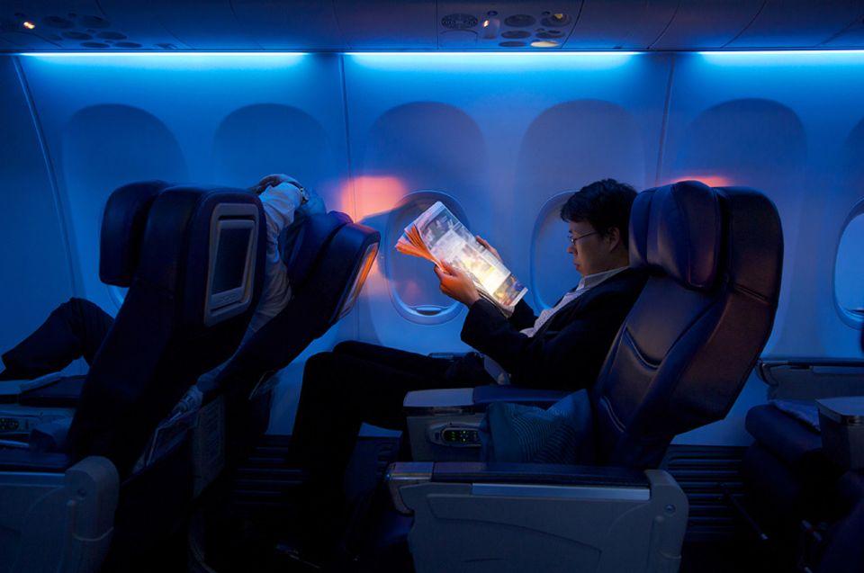 Fliegen: Egal, ob wir in Bangkok, Sydney oder Los Angeles landen, wenn daheim die Sonne untergeht, liegen wir in der Ferne halbe Nächte wach oder schleppen uns durch die Tage. Was hilft wirklich gegen Jetlag?
