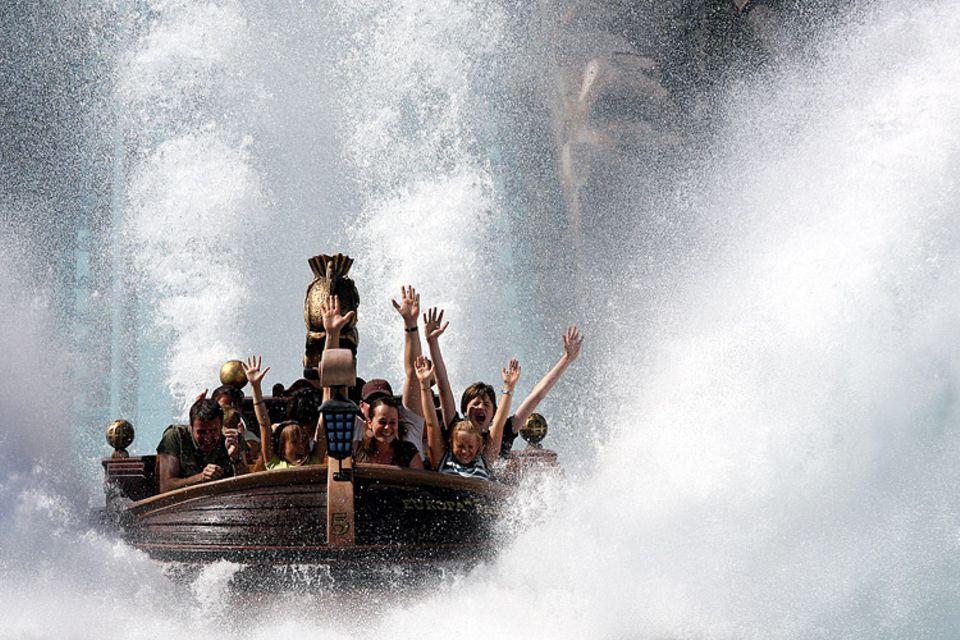 Freizeit: Das ist ein Spaß an heißen Tagen! Wildwasserbahnfahrten kühlen schön ab und sind erfrischend
