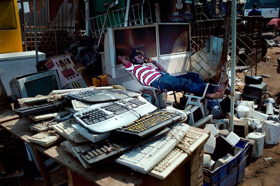 Elektroschrott: Fachhändler: Geschätzt sind weniger als 30 Prozent der nach Afrika verschifften Geräte noch funktionsfähig und nutzbar