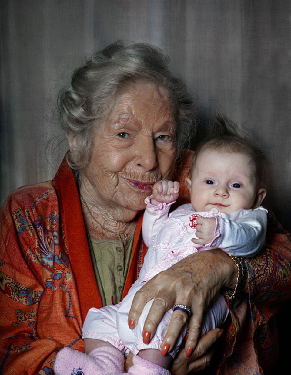 Gesundheit: Geboren 1912, geboren 2012: Marga Spiegel und Leandra Beck. Dass Menschen, die ein Jahrhundert trennt, gemeinsam auf der Welt sind, wird immer häufiger vorkommen