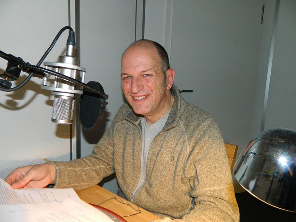 Andreas Steinhöfel spricht den August. Hier seht ihr ihn bei den Aufnahmen im Tonstudio.