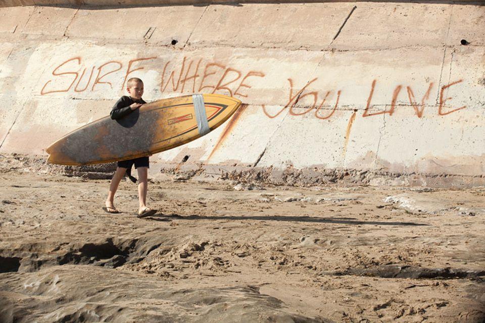 Schon als kleiner Junge ist Jay fasziniert vom Surfen und stürzt sich in die Wellen vor Santa Cruz