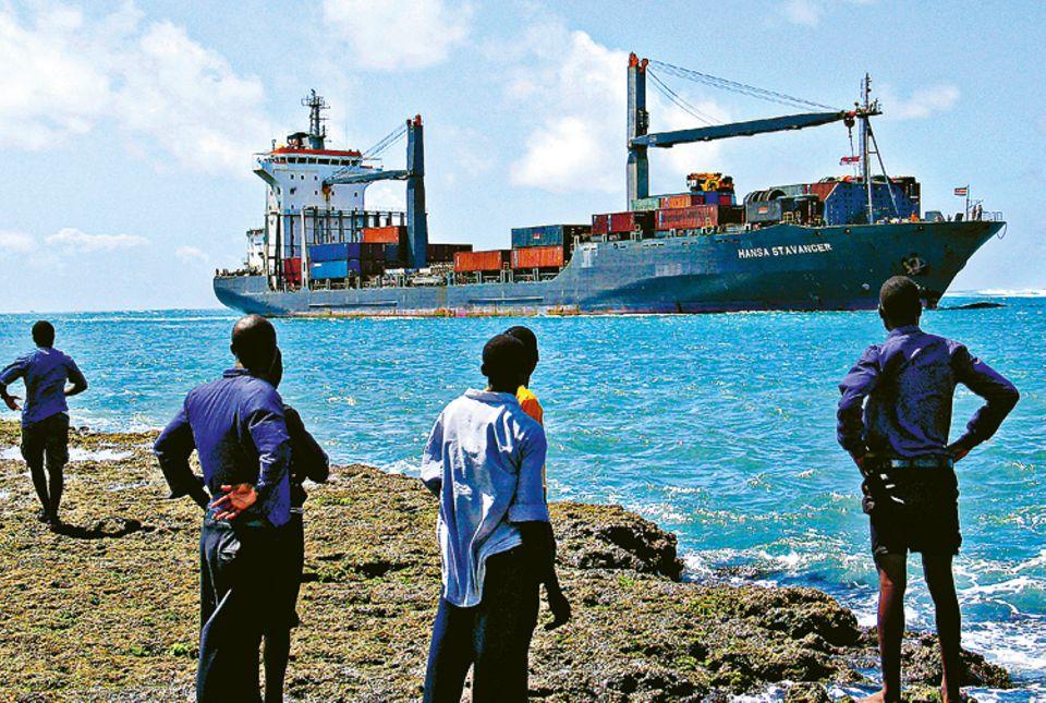 """2009: Piraten vor Somalia: Auf dem Weg von Dubai nach Kenia muss die """"Hansa Stavanger"""" eine der gefährlichsten Meeresregionen für die Handelsschifffahrt passieren. Vor der Küste Somalias warten professionelle Banden auf Beute"""