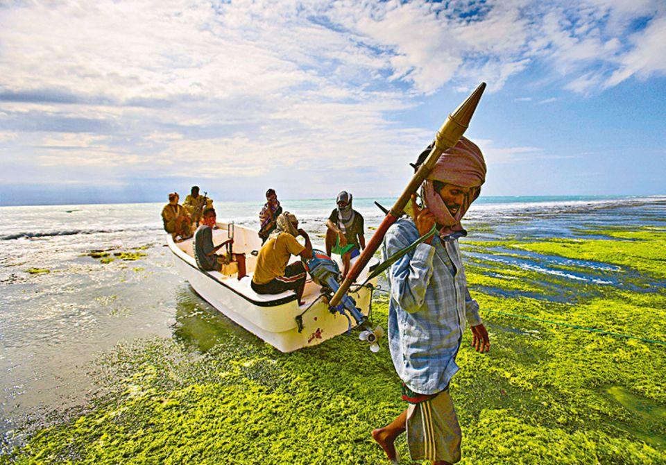 2009: Piraten vor Somalia: Mit Sturmgewehren und Panzerfäusten bedrängen die somalischen Piraten selbst große Schiffe aus ihren Schnellbooten heraus, dann entern sie