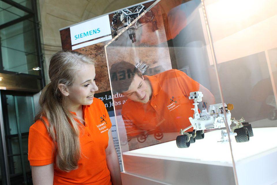Die IdeenExpo-Botschafter bestaunen die Miniatur-Ausgabe des Mars-Roboters