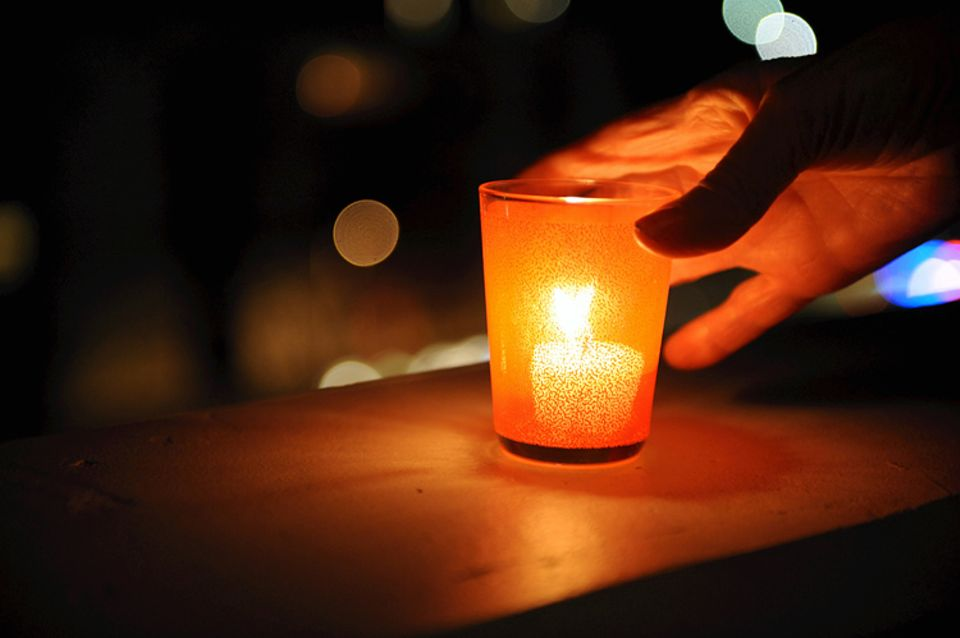 """Redewendung: Steckt man jemandem ein Licht auf, bringt man Licht ins Dunkel und schafft """"Erleuchtung"""""""