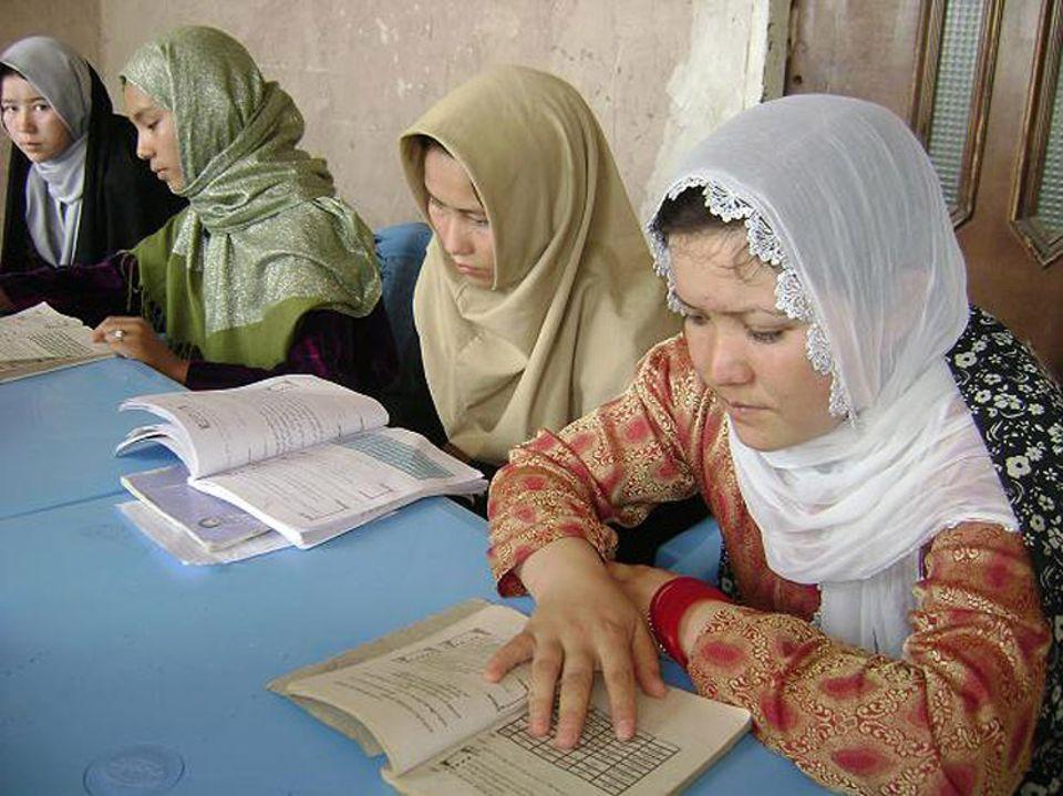 Frauenrechte: Diese afghanischen Frauen werden im Zuge der Alphabetisierung im Lesen und Schreiben unterrichtet