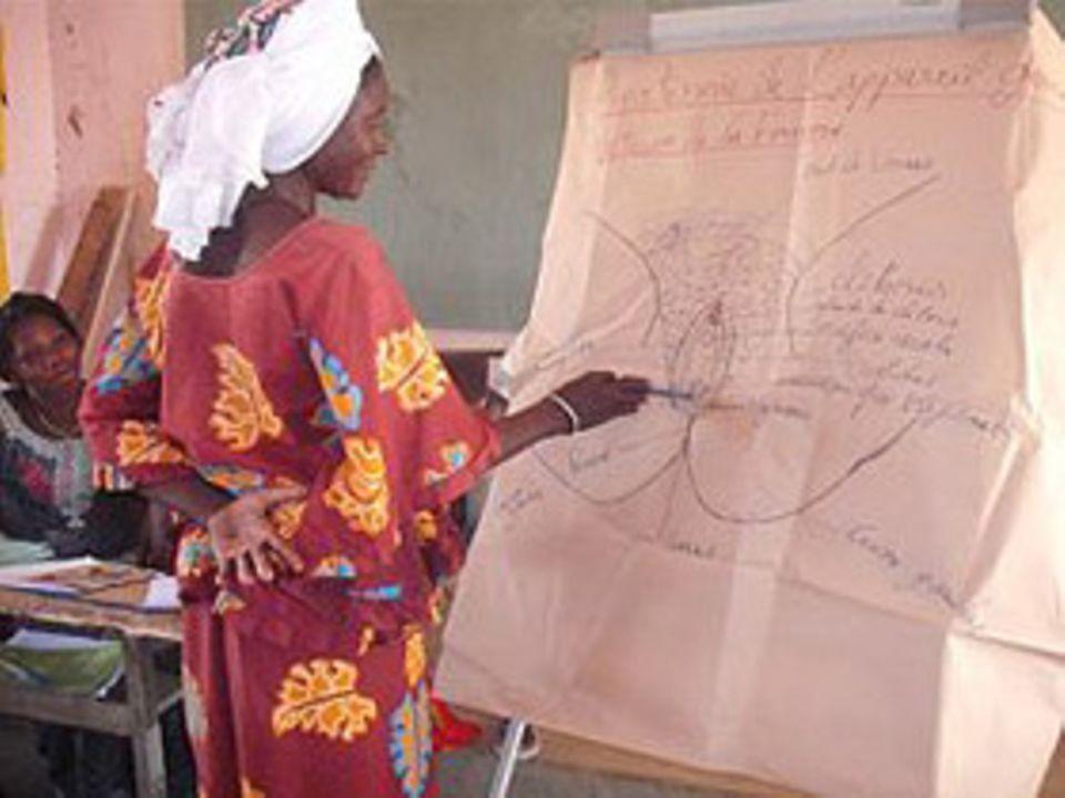 Frauenrechte: Eine Frau in Burkina Faso leistet Aufklärungsarbeit zum Thema Beschneidung von Mädchen