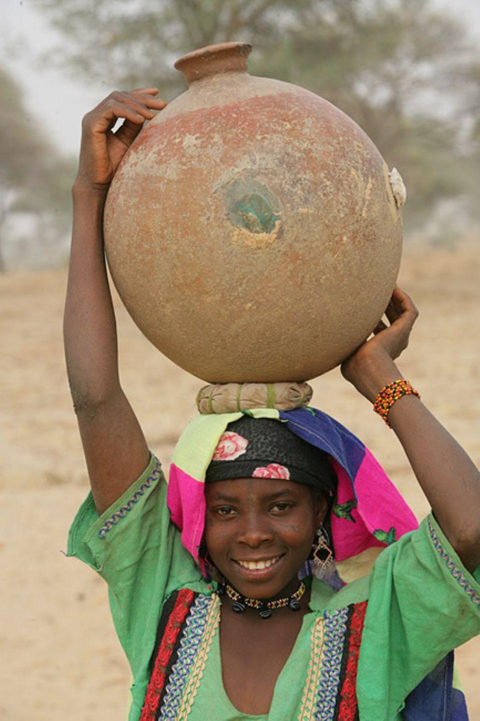 Frauenrechte: Die zehnjährige Djamilia aus Niger muss aus dem Nachbardorf Wasser holen.