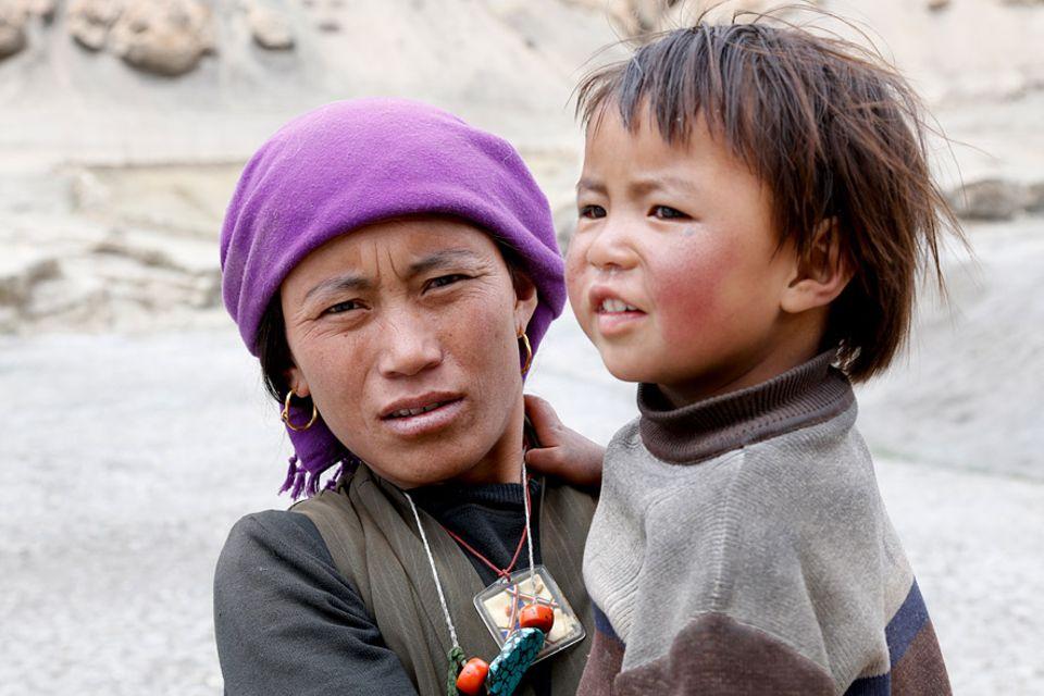 Tashi Lamo verlässt ihren Geburtsort Samzong. Der Klimawandel zwingt sie und ihre Familie, weiter unten im Tal neu anzufangen