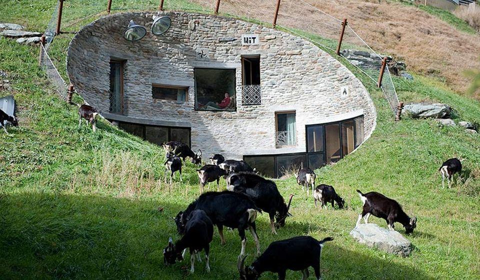 Serie: Reiseexperten: Was für ein Erd-Haus! Die Villa Vals in den Hochalpen der Schweiz ist hochmodern und auf urlaubsarchitektur.de zu finden