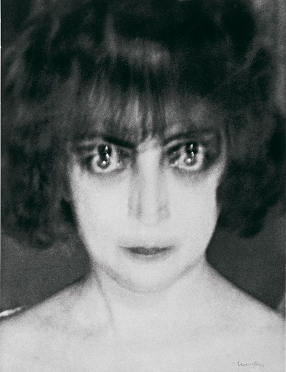 Surrealismus: Hypnotischer Blick Die exzentrische Italienerin Luisa Casati, häufig Gast bei spiritistischen Sitzungen, erkennt in dem ungewöhnlichen Porträt ein Abbild ihres inneren Wesens