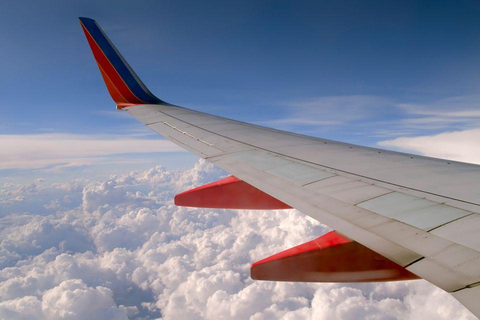 Reisephänomene: Verbesserte Kraftstoffeffizienz: Die Tragfläche einer Boeing 737 mit dem modernen Knick in der Spitze