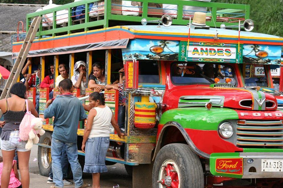 """Die Chivas heißen auch Leiterbusse, """"buses de escalera"""", da mit Leitern die Ladung aufs Dach gehievt wird"""