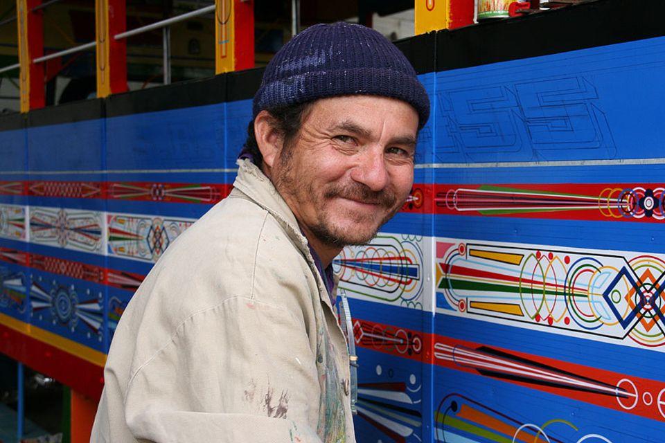 Alejandro Serna bemalt per Hand eine Chiva: seine wichtigsten Utensilien sind Lineal, Bleistift, Zirkel und Pinsel