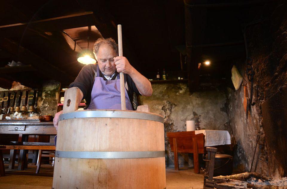 Die Sennhütten im Aubrac, die sogenannten Burons, sind halb in die Erde gegrabene Basaltsteinhäuser, in denen die Männer den ganzen Sommer leben um ihre Rinderherden zu versorgen. Auch die frische Milch wird hier zu Käse verarbeitet und gelagert