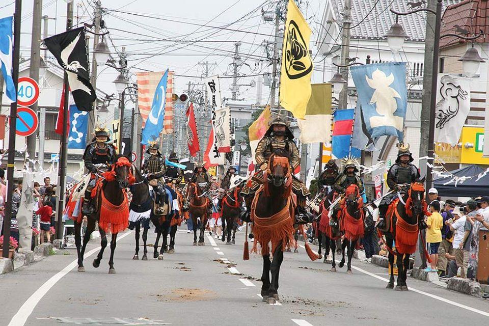 Die Parade der Samurai-Reiter in Minimasoma, 20 Kilometer von Fukushima entfernt. Das uralte Reiterfest findet in diesem Jahr das erste Mal nach der Katastrophe wieder statt