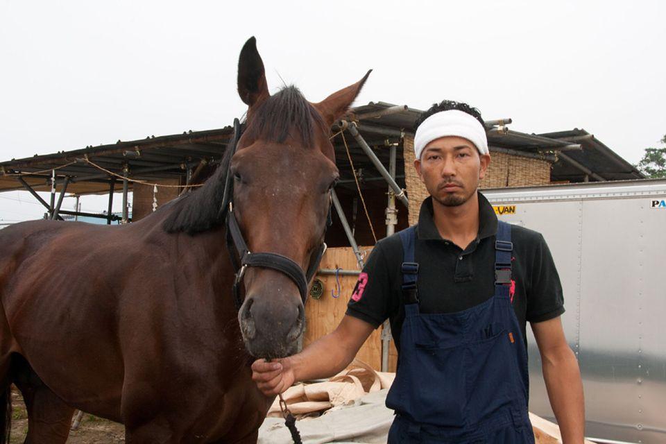 Der junge Samurai Mazaki Hangui mit seinem Hengst Jupiter. Seit Monaten trainiert der dreifache Vater neben seinem Job nur für das berühmte Reiterfest