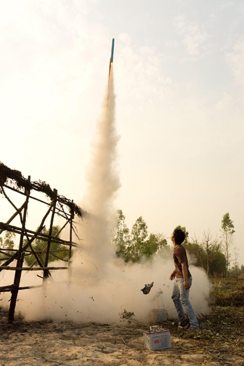 Mit den Raketen bitten die Menschen die Götter um Regen für die nächste Erntesaison - ein traditionelles Volksfest und gefährliches Kräftemessen der besten Pyrotechniker aus der Region