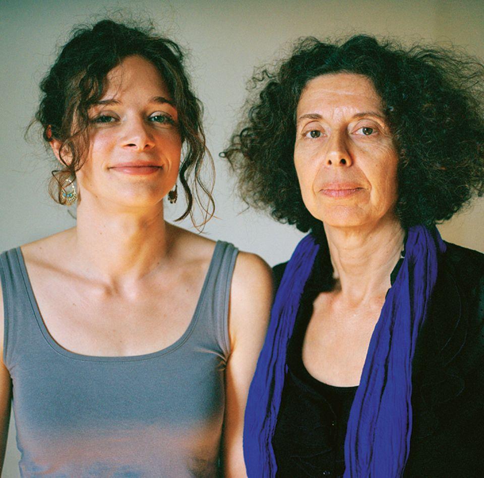 Mirijam Koch (Jg. 83) und Esther Dischereit (Jg. 52) haben schon zweimal für längere Zeit den Kontakt zueinander abgebrochen - und doch haben sie wieder zueinandergefunden. Vor allem die Liebe zur Literatur teilt die Doktorandin der Politikwissenschaften mit ihrer Mutter, einer Schriftstellerin und Professorin für Sprachkunst