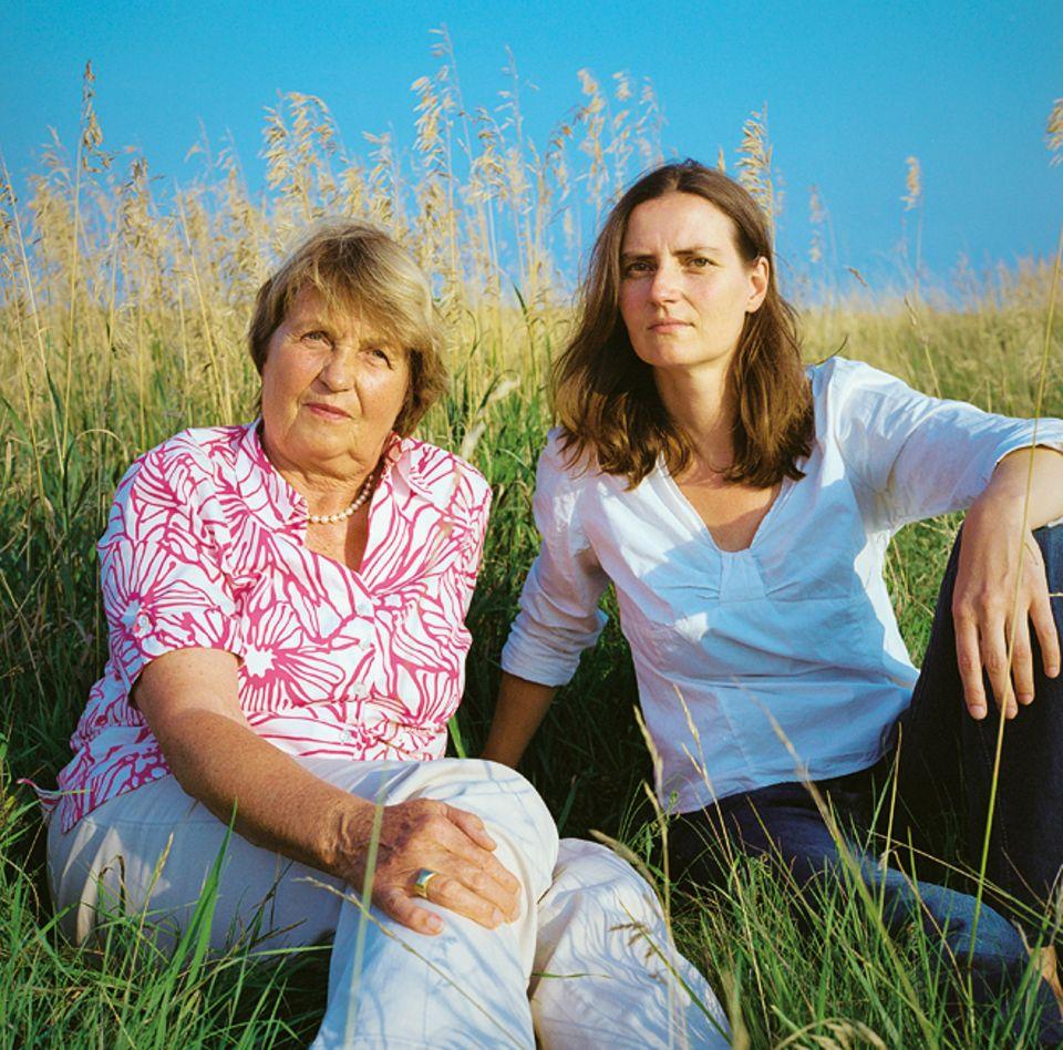 Anita-Maria (Jg. 37) und Anita Back (Jg. 69) haben gemeinsam einen Reiseführer über das Tessin verfasst, die Mutter als Autorin, die Tochter als Fotografin. Anita ist das jüngste von drei Kindern und hält engen Kontakt zu Mutter und Vater
