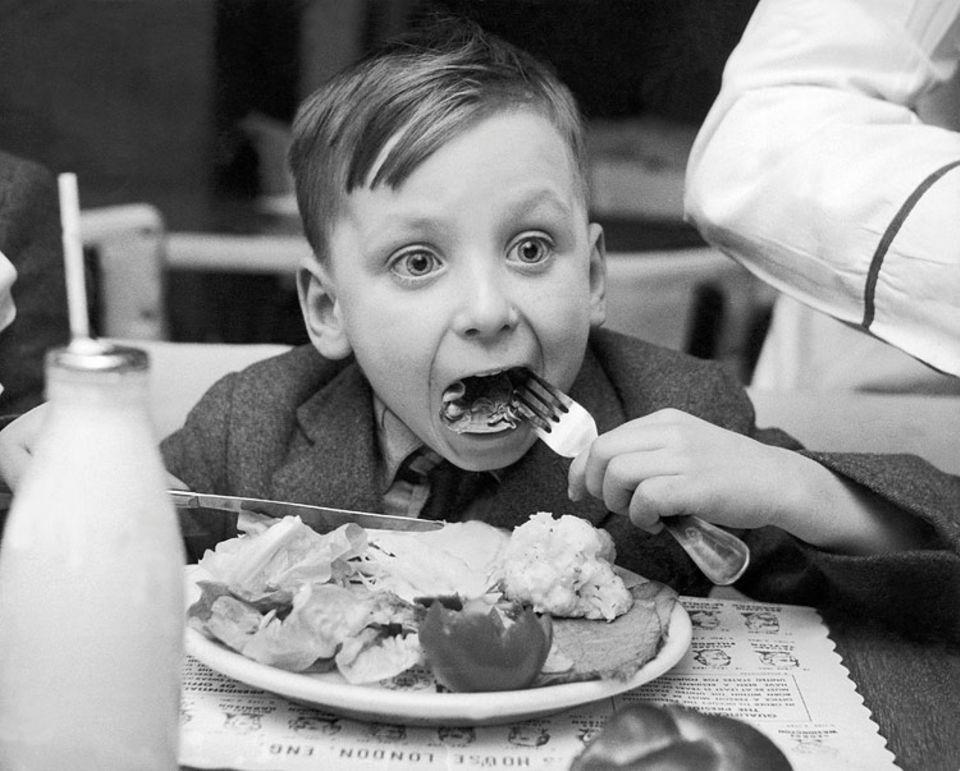 Redewendung: Nach dem Essen brauchen wir oft eine kleine Pause - dieser Junge auch?